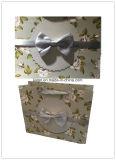 Weiße Farbe mit schwarze Zeichen-Handeinkaufen-Geschenk-Papierbeutel