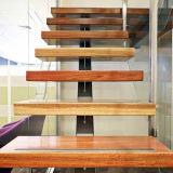El cable de acero del nuevo diseño cerca la escalera con barandilla de madera