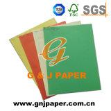 Tarjeta de color de calidad superior en la hoja de papel para imprimir