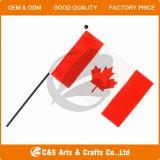 En agitant personnalisés Pays ou logo de la société de l'impression drapeau de table en polyester, de la main d'un drapeau