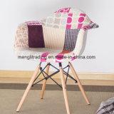 木製の足の有名なデザイナーは居間の椅子を設計した