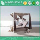 カーテンの庭の藤のSunbedの現代柳細工の寝台兼用の長椅子のプールSunbedとのSunbedを編むクッションのテラスが付いている屋外の柳細工の寝台兼用の長椅子