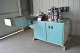 A dupla cor palha potável fazendo a máquina