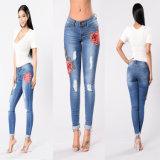 As mulheres quentes Rosa da forma bordaram cintura elevada calças de brim magros rasgadas da sarja de Nimes