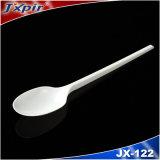 1組の平皿類の食事用器具類セットか使い捨て可能な食事用器具類のパックまたはプラスチックスプーンのフォークのナイフの3