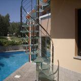 En el interior de la escalera en espiral de acero inoxidable con vidrio pasos