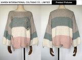 女性は編まれた対照カラーセーターを苦しめた