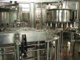 Оборудование автоматической минеральной вода бутылки любимчика заполняя и покрывая