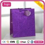 La ropa de moda púrpura calza las bolsas de papel del regalo del juguete