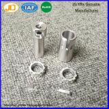 Il CNC dell'acciaio inossidabile e dell'alluminio d'ottone che lavora vicino dissipa