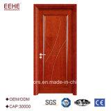 内部の設計された木のドア