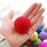 最もよく物質的な装飾によって新年及びクリスマスのフェルトの球のための球を感じた