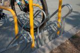 보도는 거치된 자전거 선반 지면을 - 고쳤다