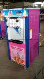 テーブルの上のカウンターの柔らかいサーブの小型アイスクリーム機械