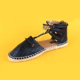 レディースPUの革は黒く平らなEspadrillesの靴をひもで締める