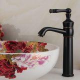 Le pétrole de robinet a frotté le taraud de mélangeur en bronze de bassin de vanité de salle de toilette