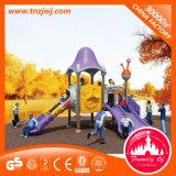 Los niños al aire libre el equipo de teatro infantil con la diapositiva