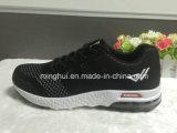Ботинки спорта идущих ботинок