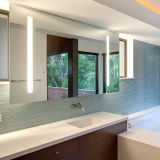 浴室ミラーライトの後ろの蛍光壁に取り付けられたLEDライト
