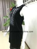 Elegantes Kleid der Frauen mit Stickerei
