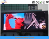 Colore completo esterno che fa pubblicità a P5 che appende il tabellone per le affissioni della visualizzazione di LED