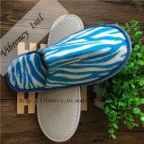 使い捨て可能で青および白い珊瑚の羊毛のホテルのスリッパかホテルの快適さのスリッパ