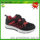 De Schoenen van de Tennisschoen van de Jongen van de Sport van de actie