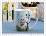Taza de café redonda de la porcelana blanca con la etiqueta