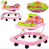 많은 장난감을%s 가진 분홍색 귀여운 아기 보행자