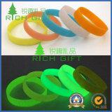 Braccialetto luminoso scuro dei Wristbands del silicone del silicone di incandescenza personalizzato abitudine all'ingrosso