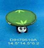 Basamento di ceramica rotondo della torta con la decorazione del panda