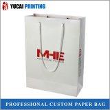 Bolso de compras de papel blanco de lujo con el logotipo rojo