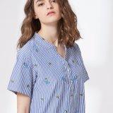 Une bande bleue et blanche et la broderie V-Neck femmes Shirt