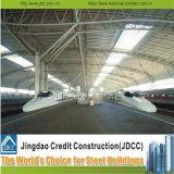 La luz de la estación de ferrocarril la construcción de la estructura de acero