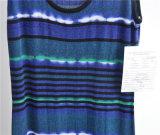 숙녀는 긴 줄에 의하여 줄무늬로 한 소매 없는 스웨터를 모방했다
