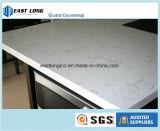 人工的な石造りの水晶固体表面の台所上のテーブルの上