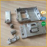 Il tornio lavorante parte i pezzi di ricambio del motore di CNC per la macchina fotografica