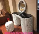 現代9つの引出しが付いている家具によって映されるドレッサー
