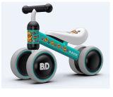 3 바퀴를 가진 균형 자전거가 소형 아이 세발자전거에 의하여 농담을 한다