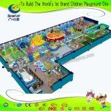 Giochi dell'interno della galleria del campo da giuoco del parco di divertimenti con il trampolino