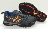 2017靴の男の子か女の子の靴をハイキングする新しいデザイン様式