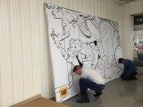 Seg現実的な壁に取り付けられた小型極度の細いファブリックはポスター旗を組み立てる