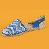 Donne bianche e scarpe di tela blu del Regno Unito dei sandali del Crochet