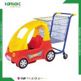아이들 장난감 차를 가진 쇼핑 트롤리가 슈퍼마켓 플라스틱에 의하여 농담을 한다