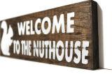 """포도 수확 나무로 되는 표시 """"Nuthouse에 환영 """""""
