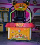 ラットの硬貨によって作動させるゲーム・マシンに当っている興味深い打ち負かモル子供