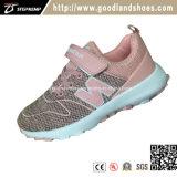 O miúdo ostenta sapatas ocasionais das crianças dos calçados para a menina 20151