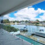 Swimmingpool-Zapfen mit Frameless Glasgeländer