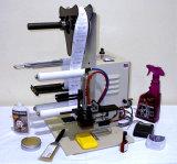 Engarrafamento da bebida que tampa e máquina de etiquetas