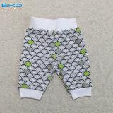 有機性綿の赤ん坊は男女兼用の新生のズボンに着せる